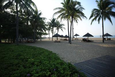 Утренний пляж в бухте Санья
